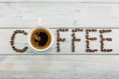 Word met koffiebonen die wordt geschreven Stock Afbeeldingen