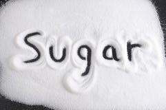 Word met vinger op stapel van suiker in dieet, zoet excessief gebruik en gezond geïsoleerd die voedingsconcept wordt geschreven Royalty-vrije Stock Afbeeldingen