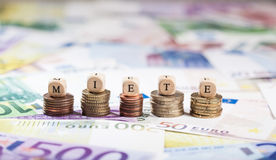Word Miete sur des piles de pièce de monnaie, fond d'argent liquide Photos libres de droits