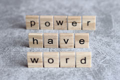 Word ont le mot de puissance écrit sur le cube en bois Image stock