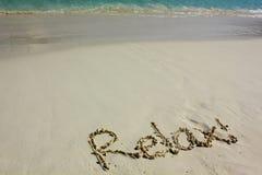 Word ontspant op strand Royalty-vrije Stock Afbeeldingen