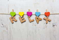 Word ontspant van houten brieven op een witte houten achtergrond Royalty-vrije Stock Foto