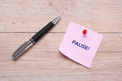 The word pause on pink sticky note Royalty Free Stock Photo