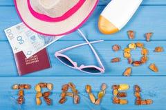 Word reis met vorm van zon, zonnebril, zonlotion, strohoed, paspoort met poetsmiddelgeld Royalty-vrije Stock Afbeeldingen