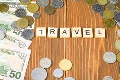 Word REIS op houten kubussen met geldkader bij houten achtergrond Pen, oogglazen en grafieken Stock Foto
