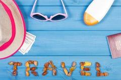 Word reis, zonnebril, strohoed, zonlotion, paspoort en muntendollar, exemplaarruimte voor tekst Royalty-vrije Stock Afbeeldingen