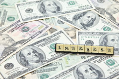 Word rente op stapel van Amerikaanse dollarbankbiljetten Royalty-vrije Stock Fotografie