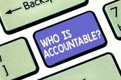 Word schrijvende tekst is Who Accountablequestion Bedrijfsconcept voor om voor iets verantwoordelijk of verantwoordelijk te zijn stock fotografie