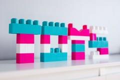 Word speelgoed dat van kleurrijke stuk speelgoed aannemer wordt gevouwen royalty-vrije stock fotografie