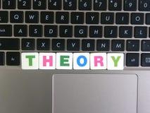 Word Theorie op toetsenbordachtergrond stock afbeeldingen