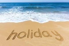 Word vakantie in zand op strand wordt geschreven dat Stock Afbeeldingen