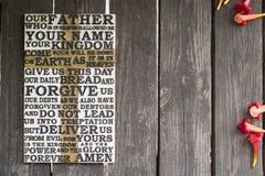 Word van het Lord` s Gebed op de sjofele houten plank met rood Royalty-vrije Stock Foto's