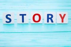 Word verhaal op blauwe houten lijst Selectieve nadruk en exemplaarruimte royalty-vrije stock afbeelding