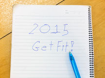 Word 2015 wordt geschikt in notitieboekje, pen op houten achtergrond Royalty-vrije Stock Afbeeldingen
