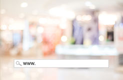 Word WWW écrit sur la barre de recherche au-dessus du fond de magasin de tache floue Photos stock