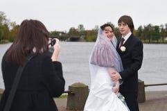 Worden de gelukkige mensen van de jonggehuwde gefotografeerd stock afbeelding