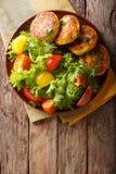 Worden de vers voorbereide aardappelpannekoeken gediend met verse salade CLO Stock Foto