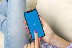 Wordpress在苹果计算机iPhone x屏幕特写镜头的应用象在妇女手上 Wordpress app象 wordpress com应用 社会 库存图片