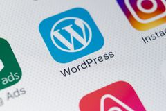 Wordpress在苹果计算机iPhone x屏幕特写镜头的应用象 Wordpress app象 wordpress com应用 3d网络照片回报了社交 库存照片