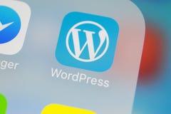 Wordpress在苹果计算机iPhone x屏幕特写镜头的应用象 Wordpress app象 wordpress com应用 3d网络照片回报了社交 库存图片