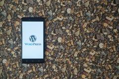 Wordpress-Logo auf Smartphone auf Hintergrund von kleinen Steinen Stockbild