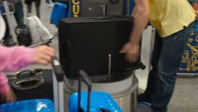 Wordt de bagage verpakkende dienst bij de luchthaven, bagage ingepakt in cellofaan vastklampt zich film De arbeiders verpakten ee stock video