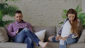Wordt de jongelui verstoorde vrouw beklemtoond en ongelukkig terwijl haar vriend die tabletcomputer met behulp van thuis op laag  royalty-vrije stock afbeelding