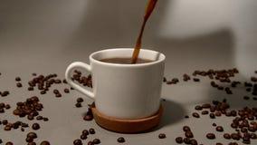 Wordt de vers gebrouwen koffie gegoten in een kop stock video