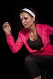 Wordt geïsoleerd mooie jonge die joggingvrouw over zwarte mede achtergrond ( Stock Foto's
