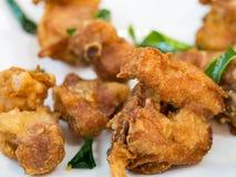 Wordt gediend voegt de voorgerecht gebraden kip met knapperige die huid met de knapperige bladeren van de kaffirkalk textuur toe  Stock Foto
