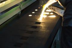 Wordt het ijzer gesmolten metaal gegoten in zandvorm Royalty-vrije Stock Foto