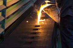 Wordt het ijzer gesmolten metaal gegoten in zandvorm Royalty-vrije Stock Afbeelding