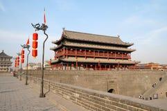 Oude de stadsmuur van China van Xian bij nacht stock afbeelding