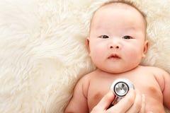Wordt onderzocht door pediater Royalty-vrije Stock Foto