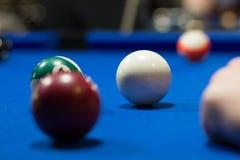 Wordt uitgevoerd biljart de pool, ballen is op blauwe lijstdoek stock afbeeldingen