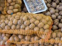 Worek cali orzechy włoscy z ciężkimi nutshells zdjęcia stock