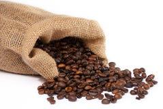 Worek z rozrzuconymi kawowymi fasolami Zdjęcia Stock