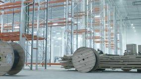 Worer roule des bobines avec des fils dans l'entrepôt industriel moderne clips vidéos