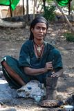 Woreta, Αιθιοπία, στις 26 Δεκεμβρίου 2006: γυναίκα που αλέθει cofre με ένα κονίαμα και ένα γουδοχέρι στοκ εικόνα με δικαίωμα ελεύθερης χρήσης