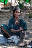 Woreta, Etiopía, el 26 de diciembre de 2006: cofre de pulido de la mujer con un montar y una maja imagen de archivo libre de regalías
