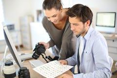 Worikng dei reporter della foto sul progetto fotografia stock