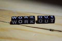 Work out geschrieben auf Holzklötze Inspirations- und Motivationskonzepte stockfotografie