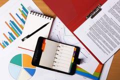 Work-table abgedeckt mit Dokumenten Stockfotos