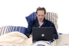 Workaholic, addormentato con il computer portatile. Immagini Stock Libere da Diritti