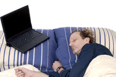 Workaholic, durmiendo con la computadora portátil. Foto de archivo libre de regalías