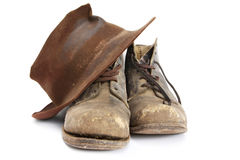 Workboots velho e chapéu Imagem de Stock Royalty Free