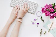 workdesk时髦设计与开花的在白色背景顶视图 免版税库存照片