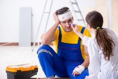 The worker with injured head and doctor Royalty Free Stock Photo