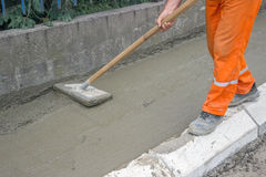 Worker leveling fresh Concrete Royalty Free Stock Photos