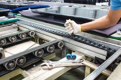 Free Worker Maintenance And Repair Conveyor Belt In Factory Royalty Free Stock Images - 138544809